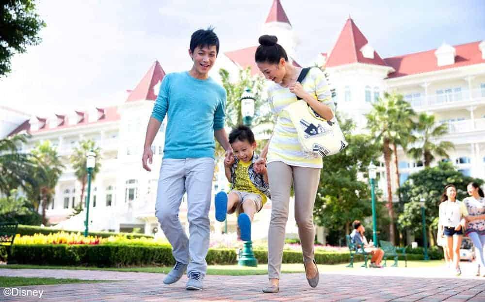 image-of-family-at-Hong-Kong-Disneyland-hotel